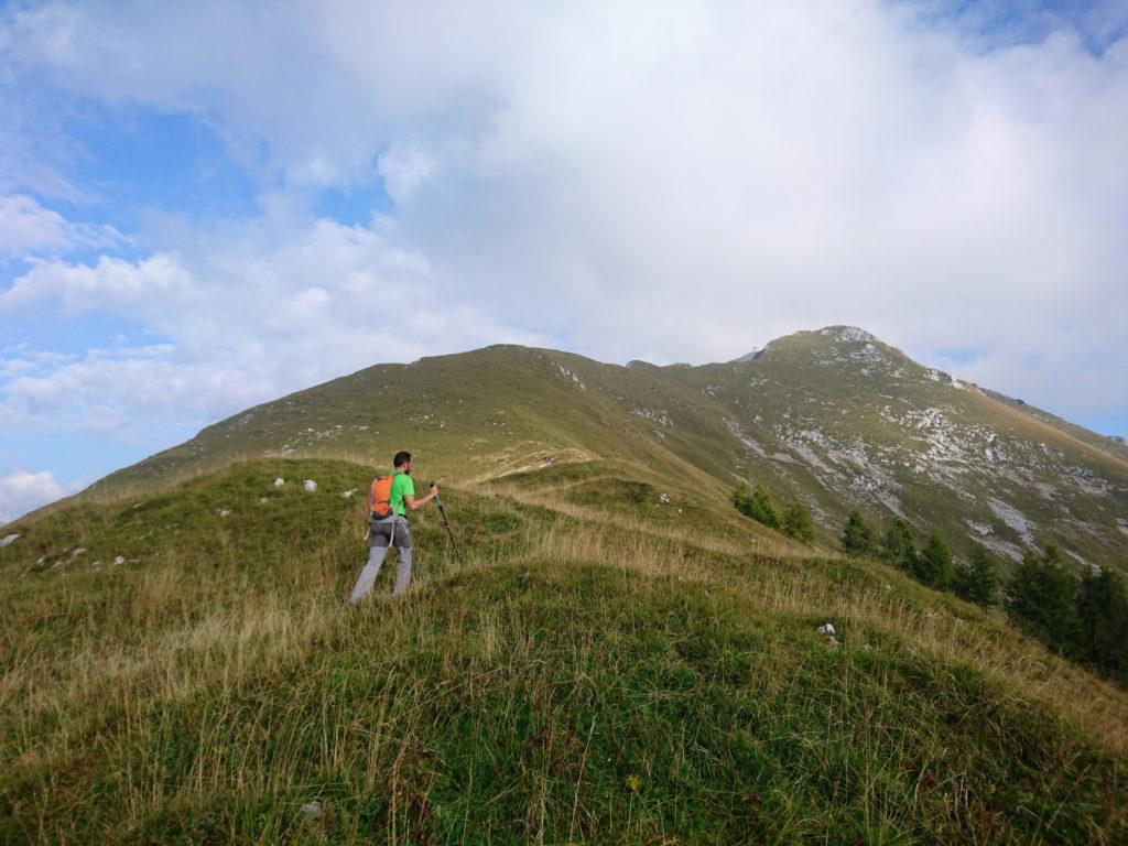 qui inizia un lungo tragitto di cresta che conduce fino alla cima del Monte Secco
