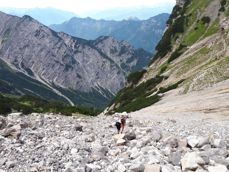 iniziamo la lunga ravanata del ghiaione senza più un sentiero da seguire