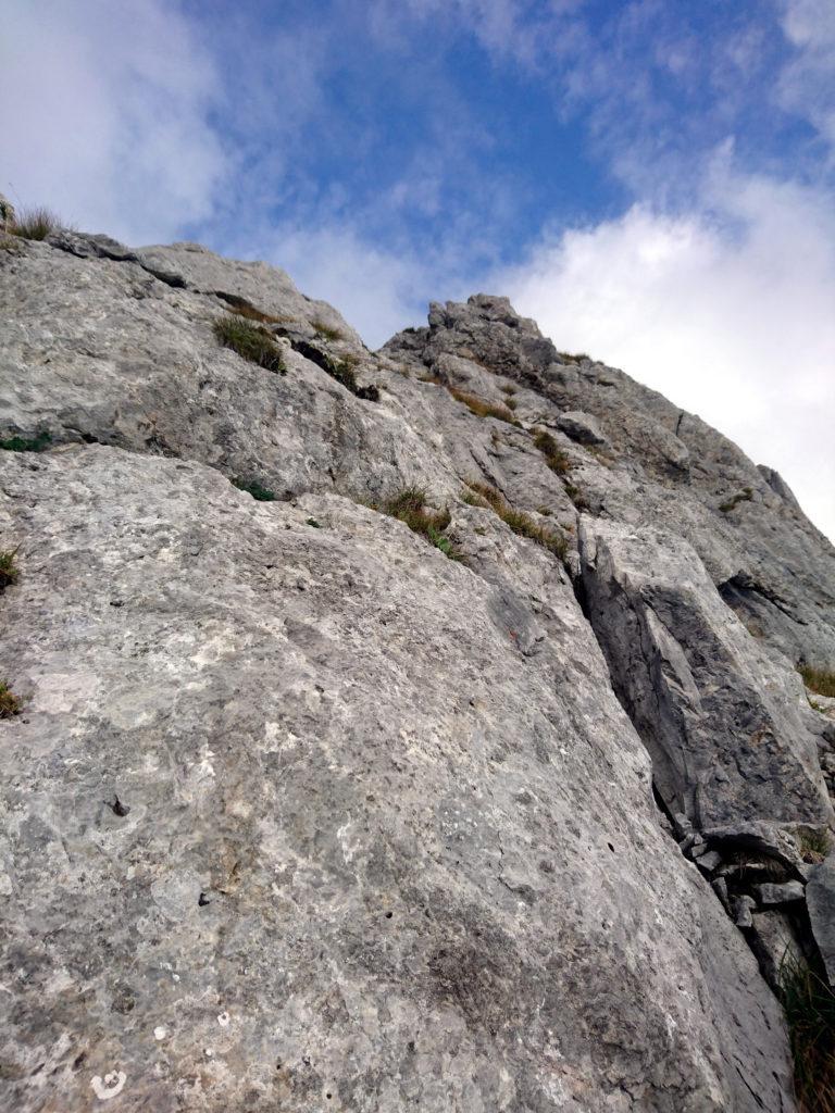 le facili roccette da rimontare per continuare il sentiero di cresta