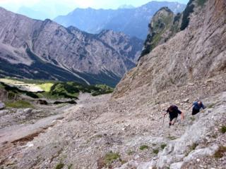 ci avviciniamo alle rocce per avere un po' di aiuto visto il terreno orribile