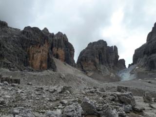 Per raggiungere la cima Molveno dobbiamo attraversare questa piana di detriti