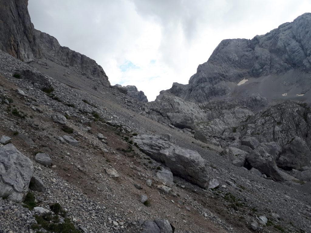 da qui ci spostiamo verso le grandi rocce a destra e proseguiamo ancora verso monte