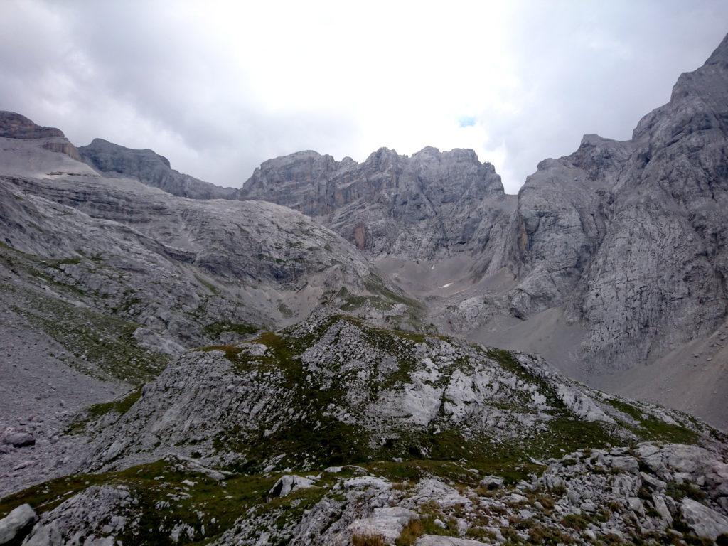 a monte si vede la cima di Prato Fiorito dove ci sono diverse vie di arrampicata