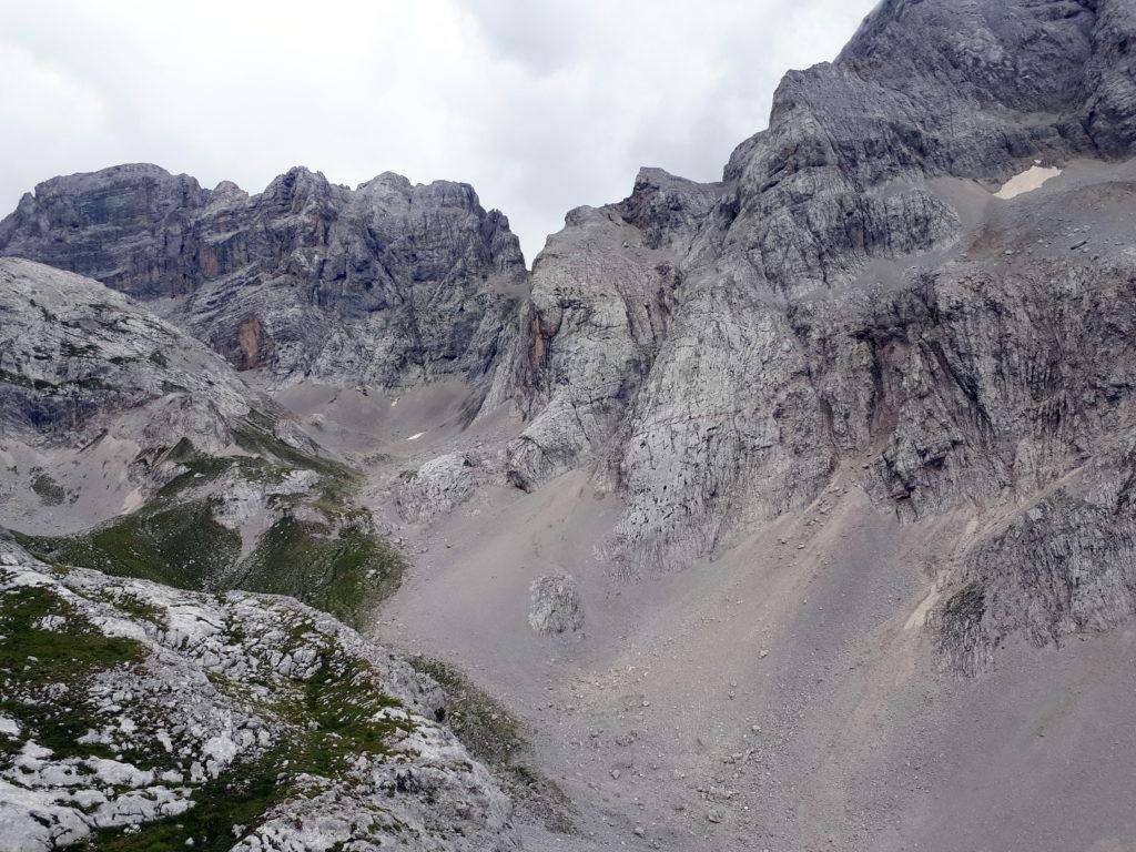 questo invece è il vallone detritico che rimonta il lato destro della valle
