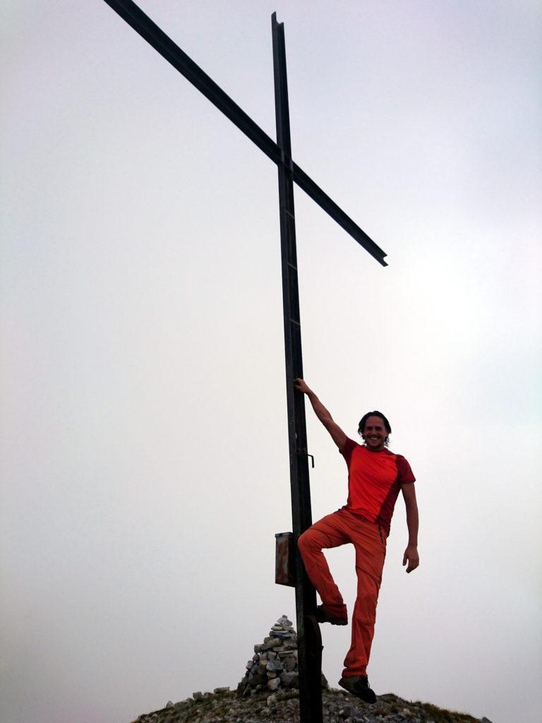 io con la croce di vetta del monte Pegherolo