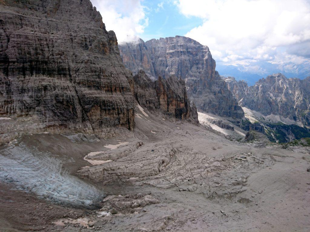 Altro sguardo verso valle, questa volta in direzione del Crozzon del Brenta