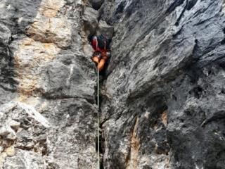 io mentre posiziono un friend sotto la roccia prima di effettuare la rimonta