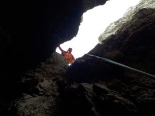 terminato il camino si entra in una grotta e se ne esce verticalmente con passi divertenti