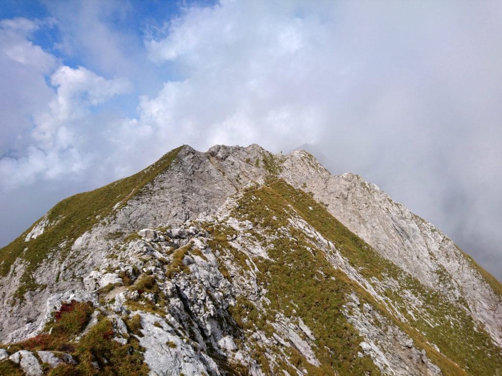 avanti ancora per creste superando la cima minore del Monte Cavallino