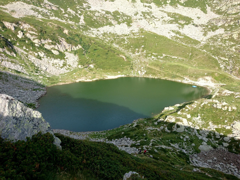 il Lago Mucrone, appena superato, aggirando verso sinistra