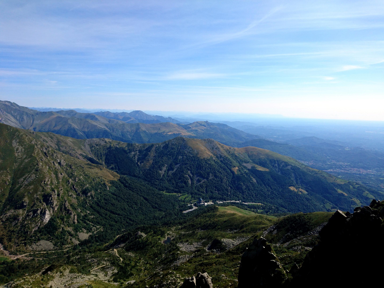 bel panorama della valle con il gigantesco Santuario di Oropa, la cui cupola è ben visibile anche da quassù