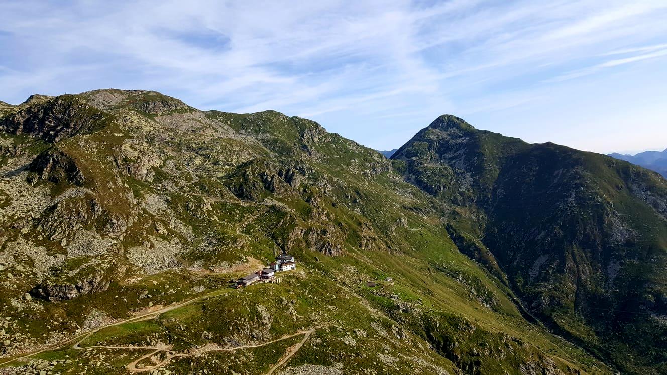 il Rifugio Savoia visto dall'alto: la giornata si preannuncia bellissima