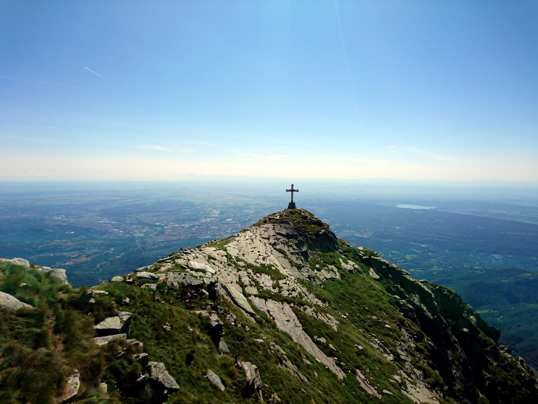 vista della croce e della sottostante valle, con una visibilità perfetta