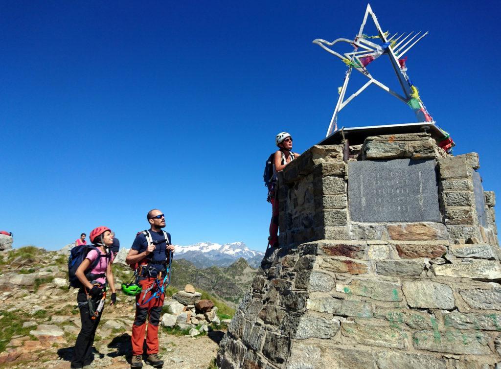 vetta del Monte Mucrone con il suo monumento: è possibile saperne di più arrampicandosi sopra, grazie al canapone, e leggere la targa che vi si trova