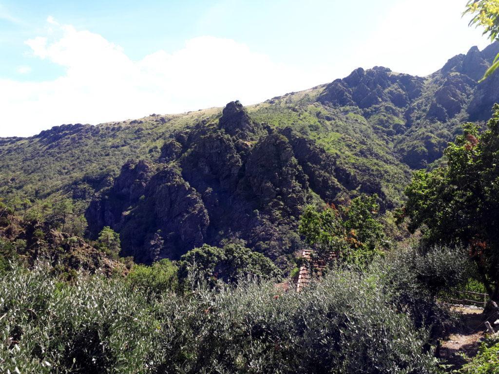 la vista della Rocca du Fò dal paesino di Sambugo, dove ci siamo recati in auto una volta scesi