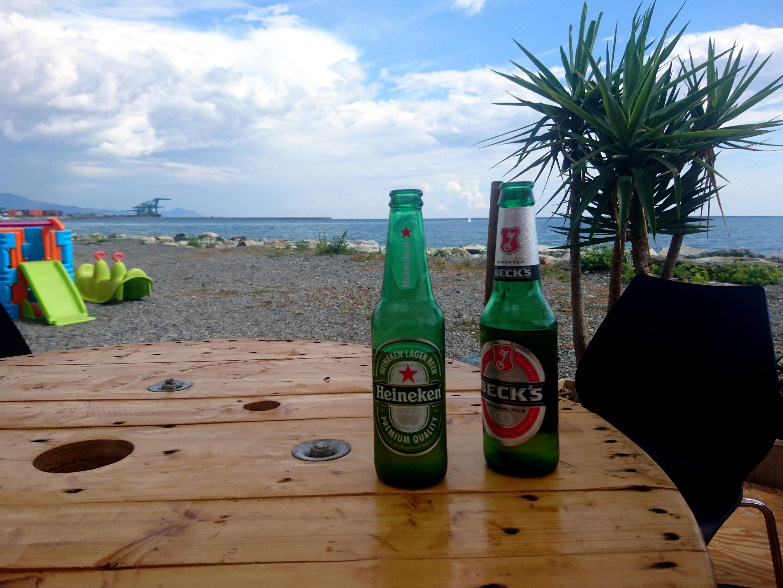 il bello di essere in Liguria: dopo la scalata, birretta e fugassa in riva al mare!
