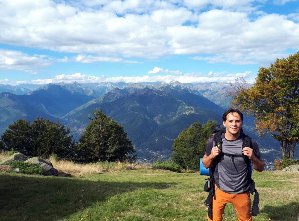 Gabri sul prato dell'Alpe Drisoni con il bello sfondo dell'Ossola