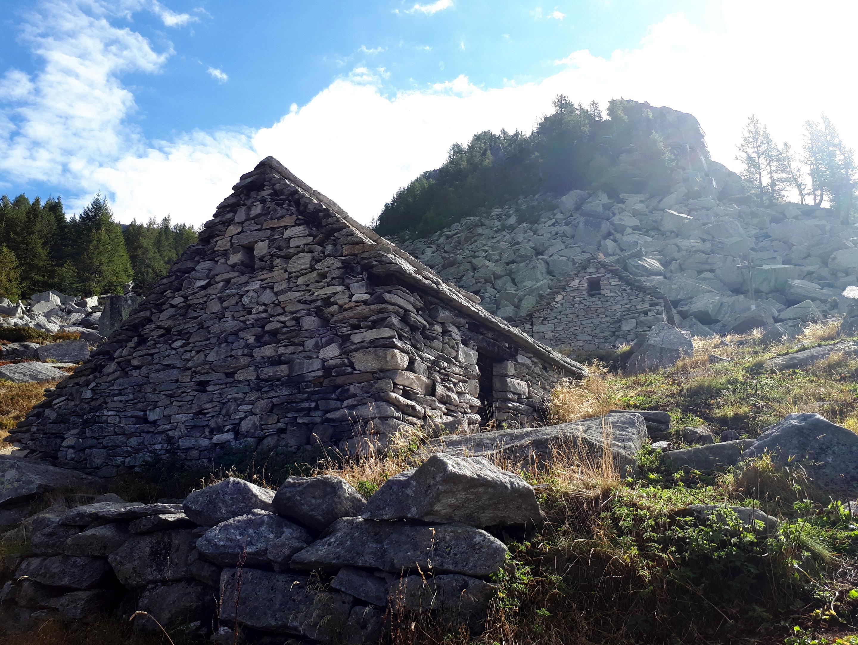 siamo all'Alpe Rina, che si raggiunge dopo un lungo traverso dall'Alpe Nava