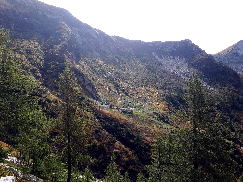 continuando il traverso, si arriva in vista del Ragozzale e dell'Alpe Menta alla sua base