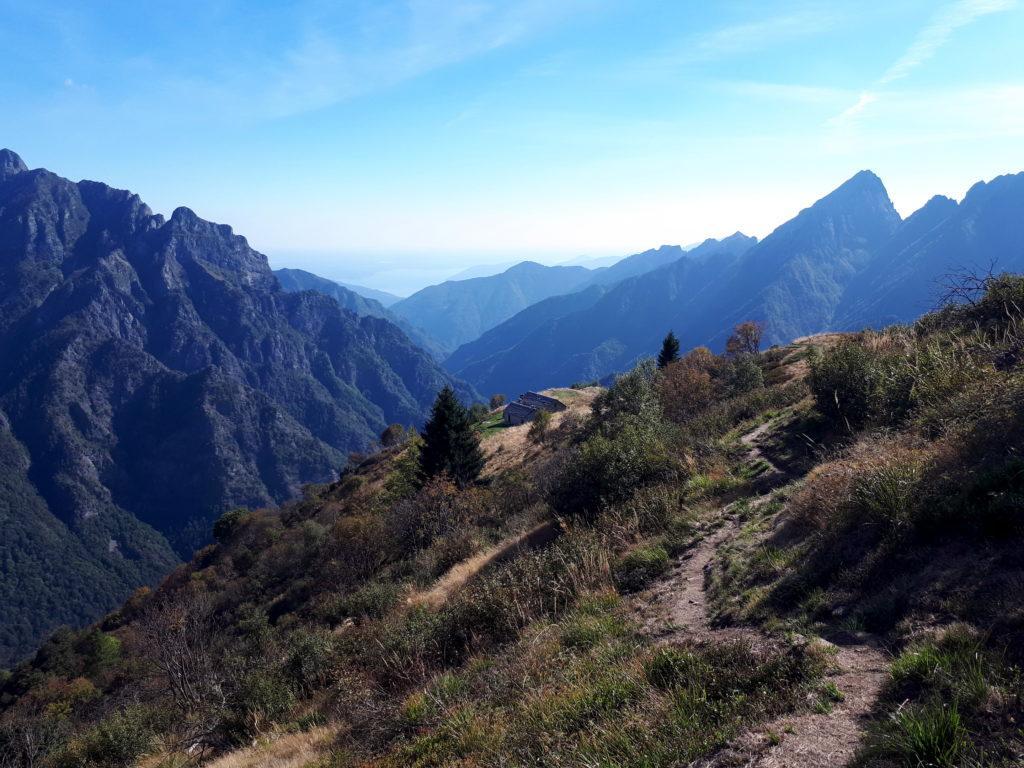 terminata la cresta, qualche metro sotto si vedono bene le due casette dell'Alpe Mottac