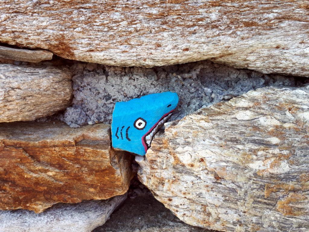 rocce colorate tra le mura di pietra del bivacco (2 di 3)