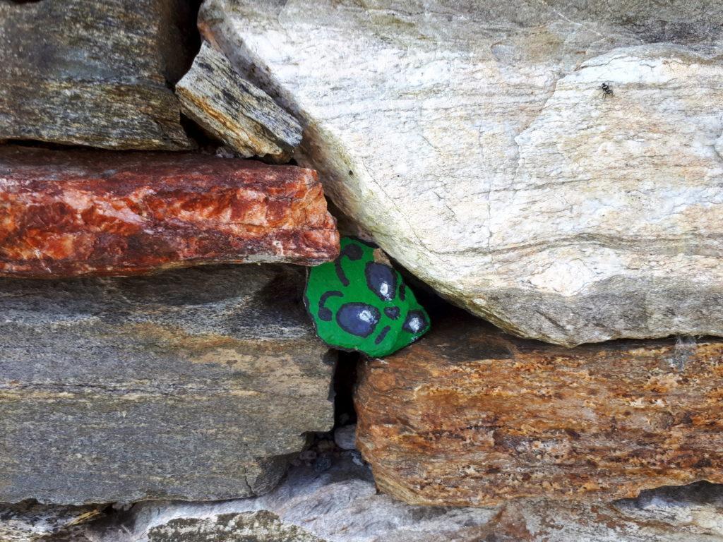 rocce colorate tra le mura di pietra del bivacco (3 di 3)