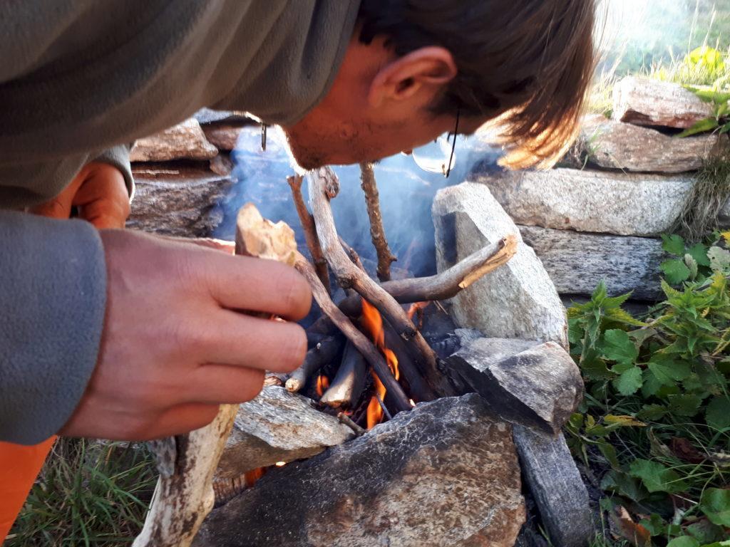 Gabri al lavoro sul fuoco