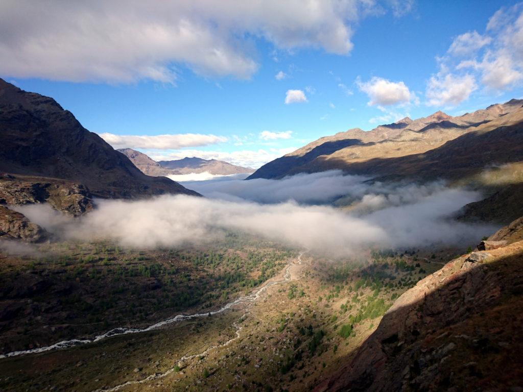Risalendo verso il rifugio Branca, godiamo della splendida vista della valle dei Forni ricoperta di nubi