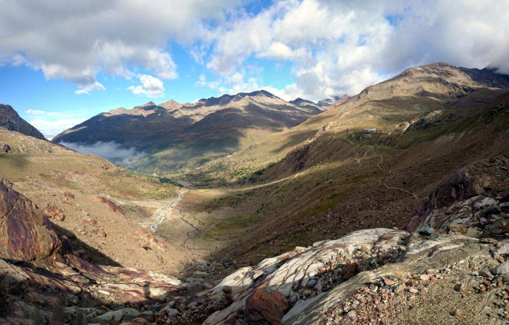 Superato il Branca, seguiamo il Sentiero Glaciologico Alto in direzione del ghiacciaio