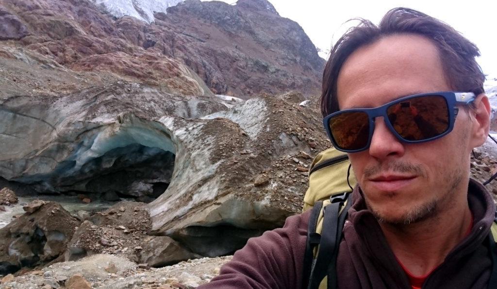 Selfie con l'arco che delinea il fronte del ghiacciao. Non avvicinatevi perché è pericolante