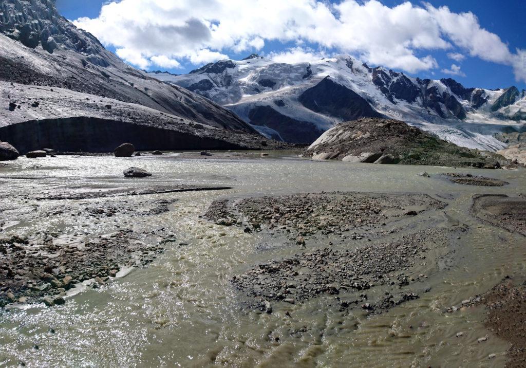 Lo splendido fiume che fuoriesce dal ghiacciaio