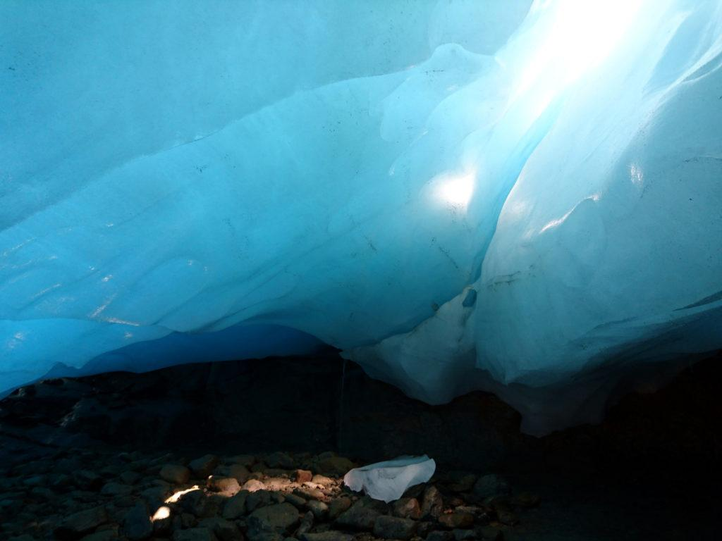 grazie ai crepacci sovrastanti, godiamo di questo splendido blu intenso