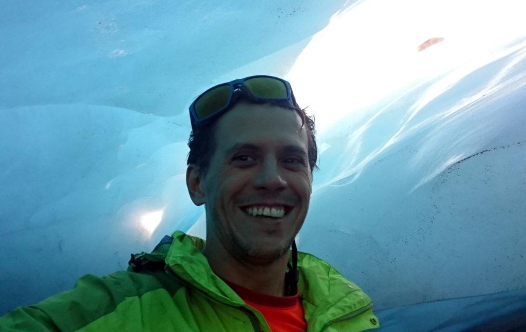 Selfie con faccia da scemo. Esterrefatto all'interno della grotta