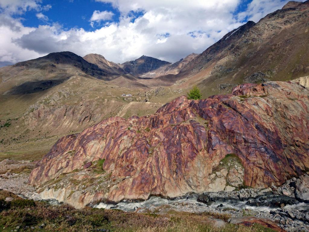 Le coloratissime rocce poco sotto il rifugio Branca