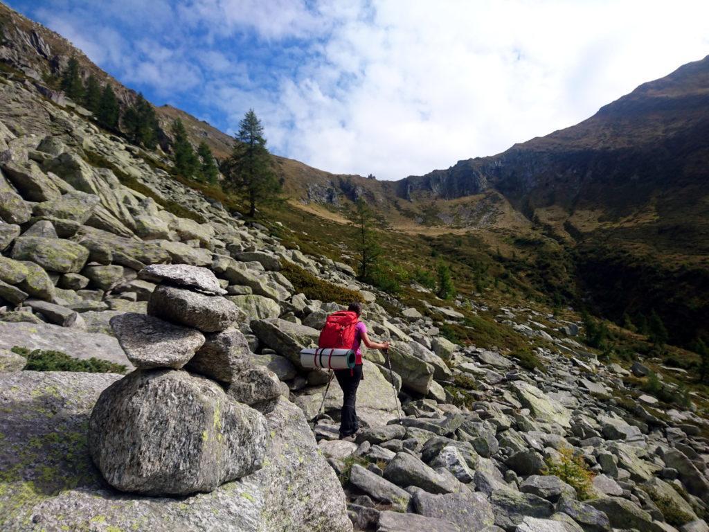 arrivati sul fondo valle, si può attraversare a destra per raggiungere l'Alpe Menta