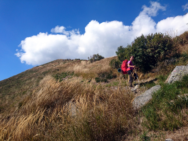 Erica in discesa lungo la cresta del Mottac