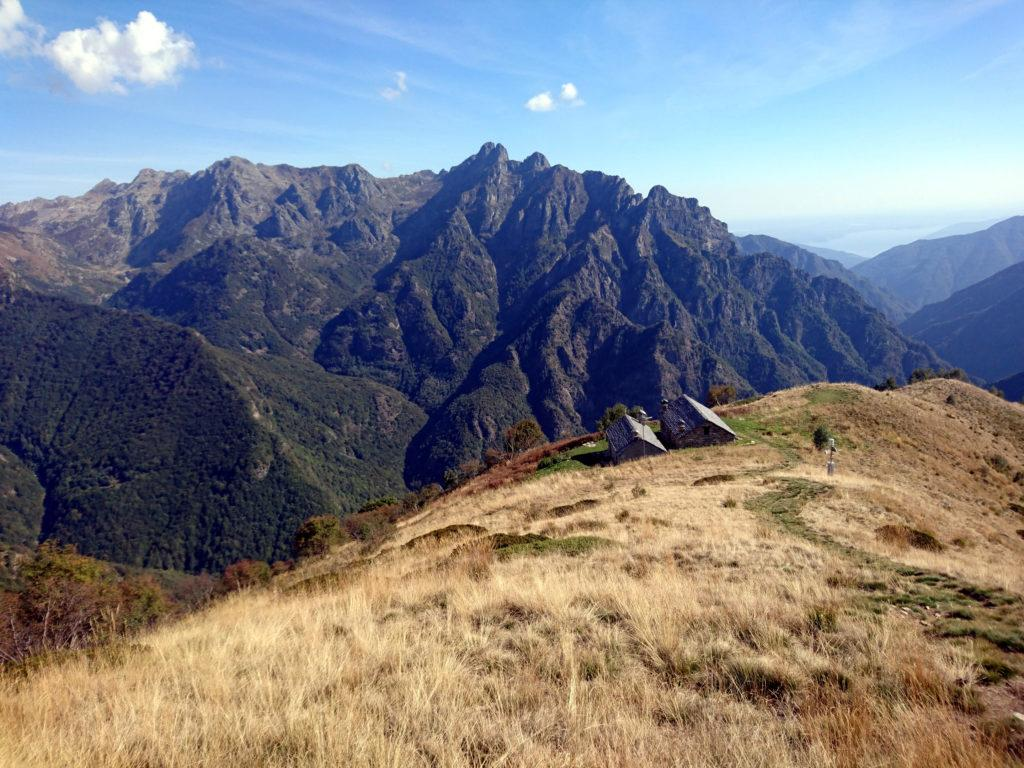 l'alpe Mottac nel suo meraviglioso contesto al centro della Val Grande