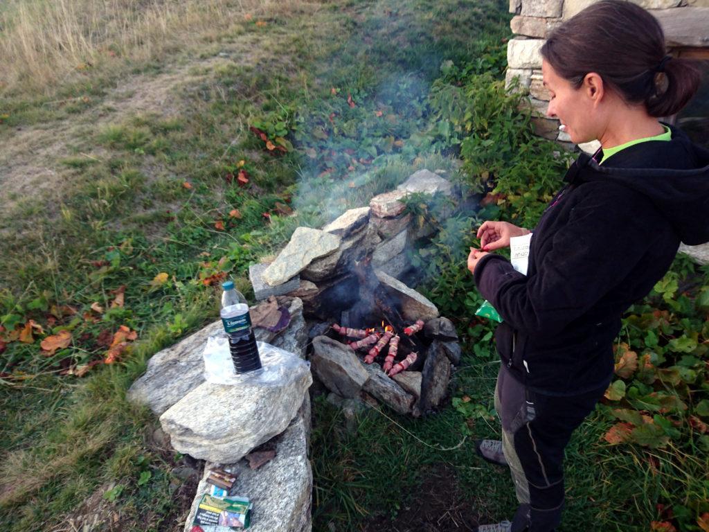 Erica controlla la cottura della carne e intanto facciamo aperitivo col vinello portato da casa