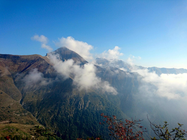 nubi incastonate tra le vette della val Grande