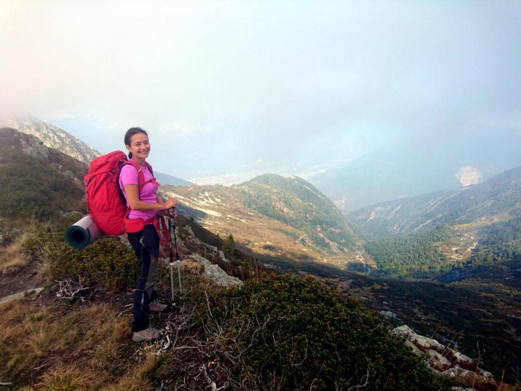 Erica sorridente e soddisfatta per la splendida gita e pronta a scendere dal passo di Basagrana