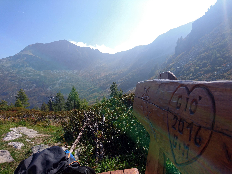 le incisioni sulla panchina e sullo sfondo il passo di Basagrana da cui proveniamo