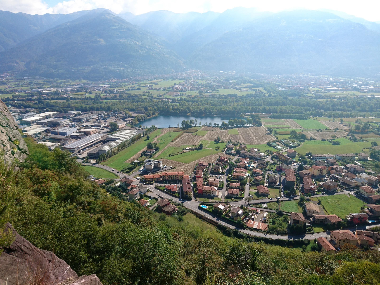 Sotto di noi, l'abitato di Rogno e la parte iniziale della val Camonica