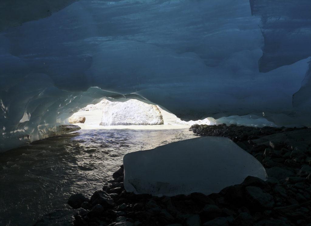 l'interno della grotta, con il fiume che ne esce