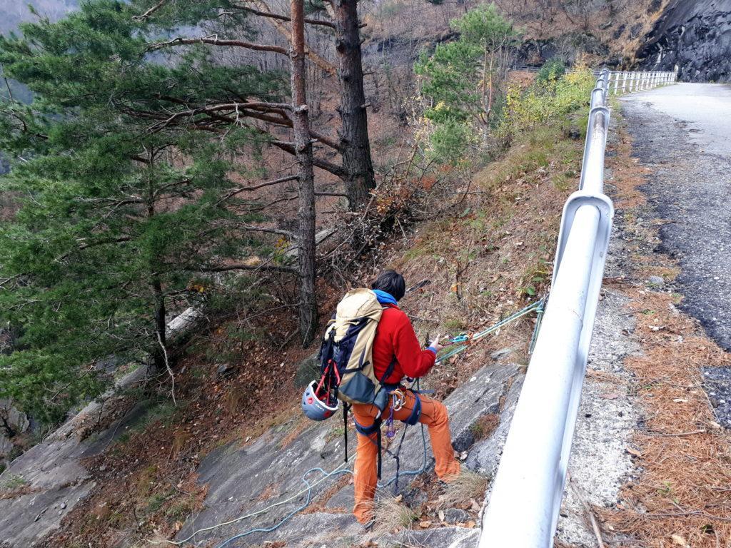punto di calata per l'attacco delle Vie alle placche del Boggia: la strada è quella della Val Bodengo