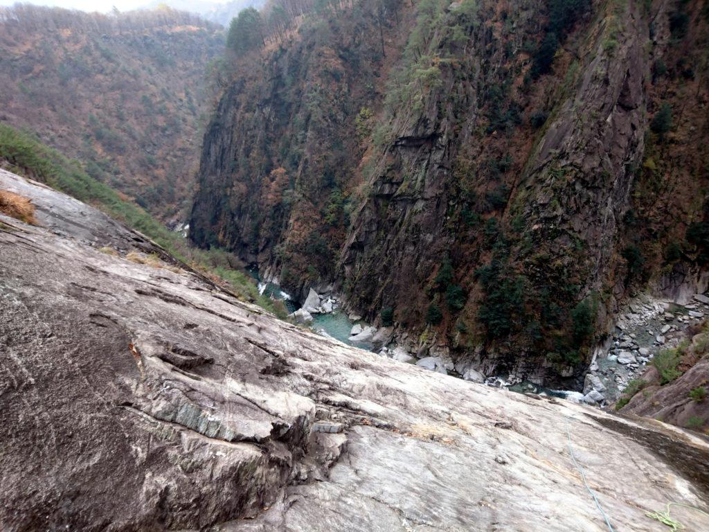 il torrente Boggia, con le placche granitiche che precipitano per parecchie decine di metri al di sotto della strada