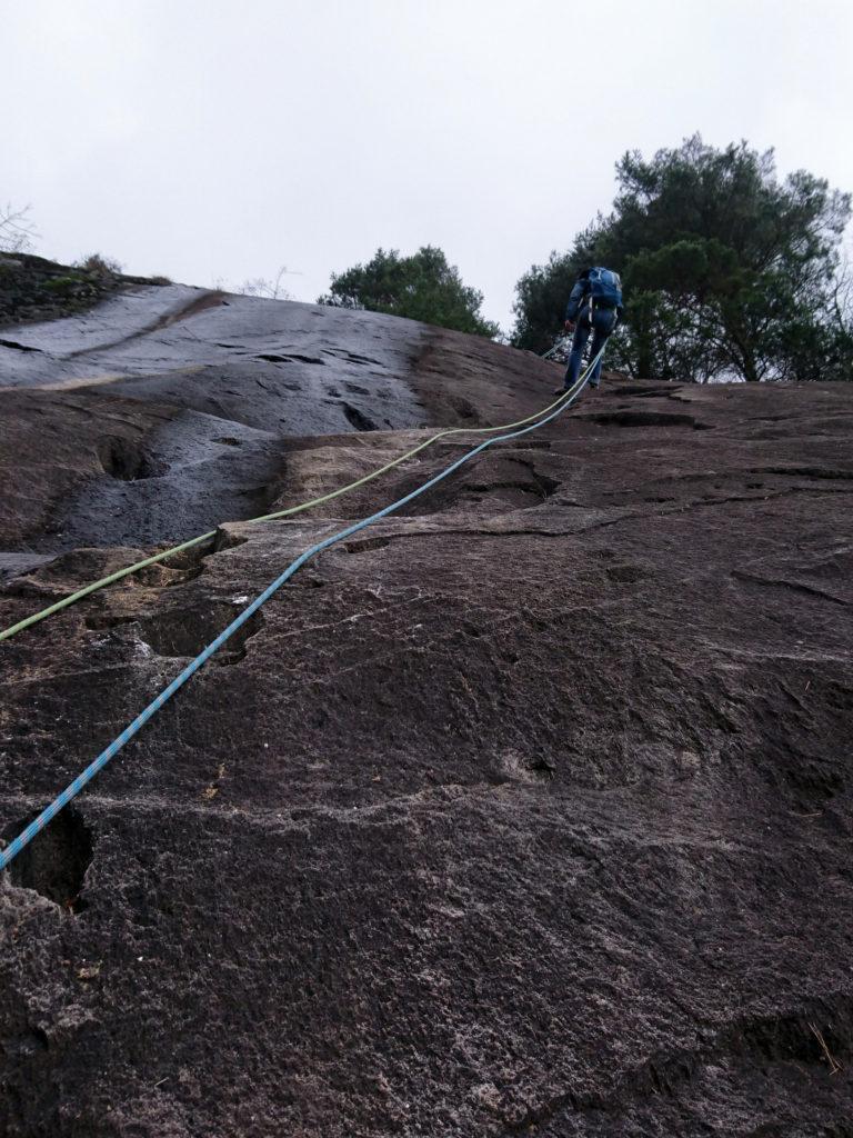 durante la prima calata ci rendiamo conto che le placche sono decisamente troppo bagnate per scalare in sicurezza