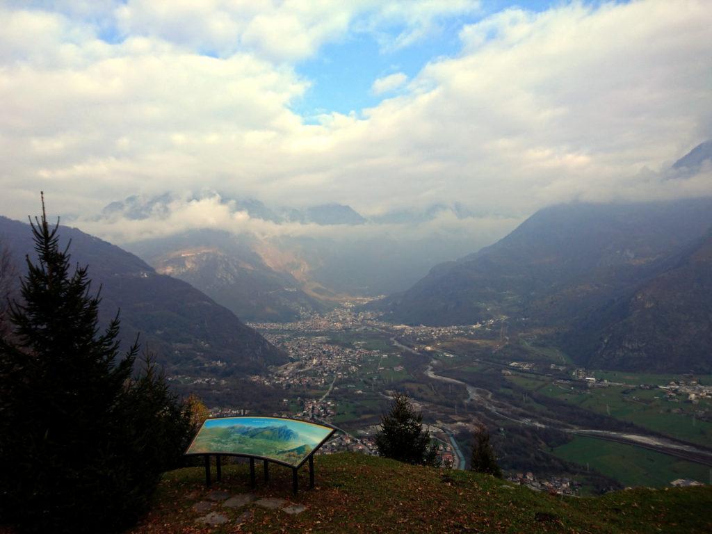 vista sulla Val Chiavenna e Gordona, sotto di noi, vicino al ristoro Dunadiv lungo la strada della Val Bodengo