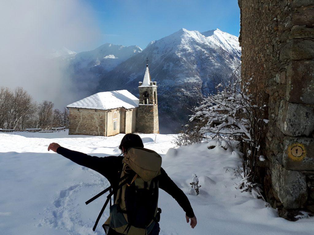 arriviamo alla Chiesa di San Grato: da qui si abbandona la strada e si imbocca il sentiero (a noi totalmente invisibile perchè coperto dalla neve), sulla sinistra