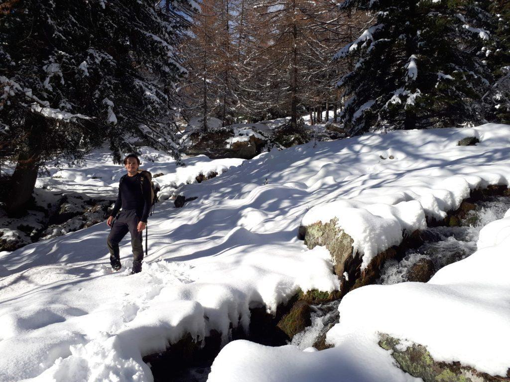 attraversiamo a muzzo qualche rivo d'acqua: siamo più o meno sul sentiero, ma è tutto da tracciare in neve fresca