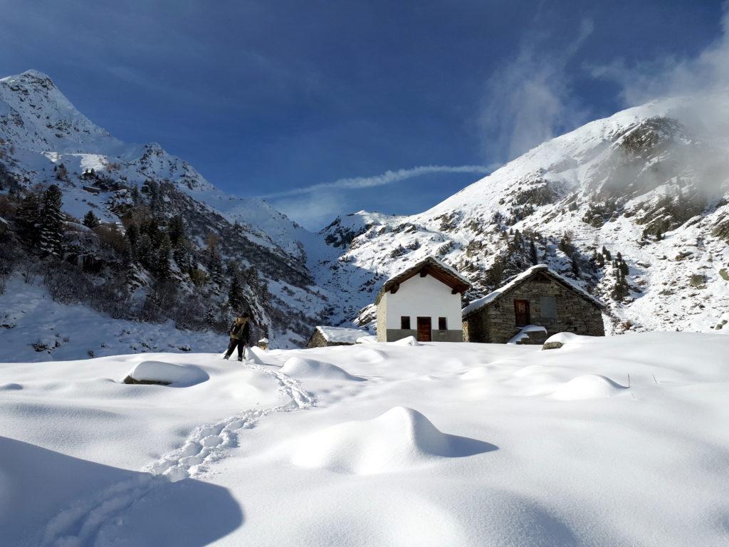 baite di Muni, con il retrostante passo ben visibile. Il sentiero verso i Piccoli Laghi, invece, piega verso sinistra, ma c'è troppa neve e troppa strada ancora da fare per rischiarcela